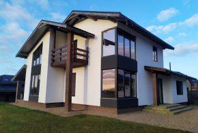 Двухэтажный проект дома с балконом