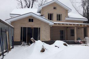 Дом из кирпича зимой